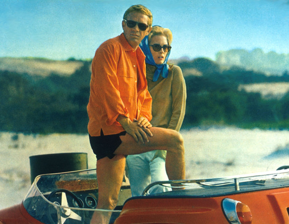 faye-and-steve-pose-in-dunebuggy-in-the-thomas-crown-affair